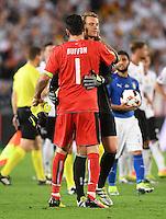 FUSSBALL EURO 2016 VIERTELFINALE IN BORDEAUX Deutschland - Italien      02.07.2016 Torwart Gianluigi Buffon (li) und Torwart Gianluigi Buffon (re, Deutschland) sprechen sich vor dem Elfmeterschiessen Mut zu
