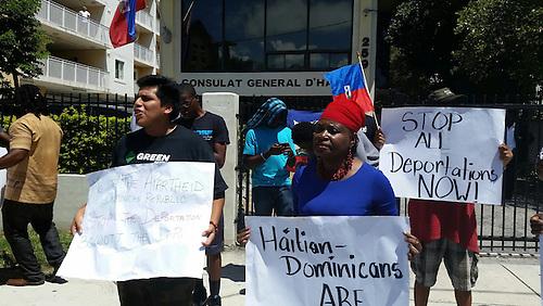 Marlene Bastien, reconocida dirigente haitiana en Miami, encabezó el grupo que salió al frente a la marcha.