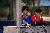 Asie/Malaisie/Bornéo/Sabah/Kota Kinabalu: Enfant dans le village lacustre de Menykabong