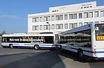 Foto: VidiPhoto<br /> <br /> DOETICHEM - Het Gelderse Doetinchem heeft de primeur van de eerste bus met aanhanger in Nederland. De zogenoemde Buszug werd vrijdag gepresenteerd en rijdt vanaf maandag twee weken lang op proef tussen Doetinchem en Groenlo. Het is een samenwerkingsproject van vervoerder Arriva, OV-netwerk en provincie Gelderland. In totaal kan de combinatie 160 passagiers vervoeren (zit- en staanplaatsen). In Doetinchem bevinden zich veel scholen voor het voortgezet onderwijs van de Achterhoek. Na de spits kan de aanhanger afgekoppeld worden en rijdt alleen de voorbus het traject. De bus met aanhanger is in het buitenland al jaren in gebruik vanwege zijn duurzaamheid en lagere exploitatiekosten. De Doetinchemse Buszug komt uit Zwitserland. Drie chauffers zijn speciaal opgeleid om met de combinatie te mogen rijden. Omdat het vervoeren van passagiers met een aanhanger verboden is in Nederland, heeft de Rijksdienst voor het Wegverkeer ontheffing moeten verlenen voor de proef.