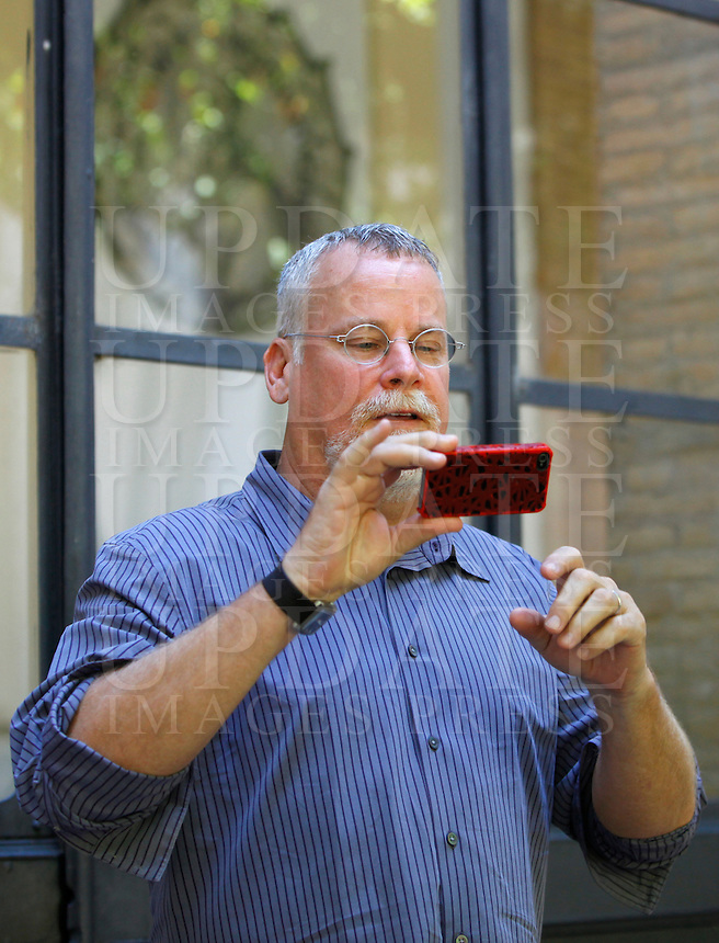 Lo scrittore statunitense Michael Connelly scatta una foto ai fotografi in occasione del Festival delle Letterature a Roma, 18 giugno 2012..U.S. writer Michael Connelly takes a picture to photographers during the Literary Festival in Rome, 18 june 2012..UPDATE IMAGES PRESS/Isabella Bonotto