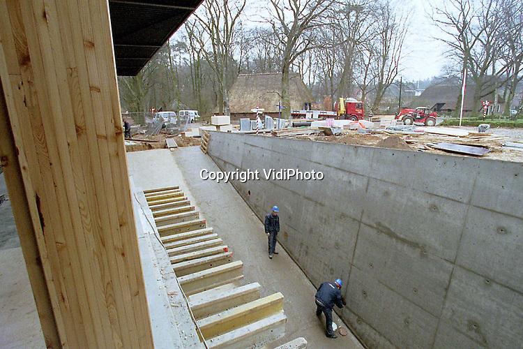 Foto: VidiPhoto..ARNHEM - Het futuristische megaproject HollandRama van het Openluchtmuseum in Arnhem is niet op tijd klaar. De opgelopen vertraging aan het begin van de bouw, voorjaar vorig jaar, kan niet meer ingelopen .worden. Dat is donderdag bekendgemaakt. Een tweede project, het nieuwe entreegebouw, komt vermoedelijk wel gereed voor de opening van het nieuwe seizoen op 21 april. In het koepeltheater HollandRama maken bezoekers met een tijdcapsule een reis door het verleden. Beide gebouwen kosten samen zo'n 37 miljoen gulden. Foto: Het nieuwe entreegebouw lijkt op tijd gereed te komen.