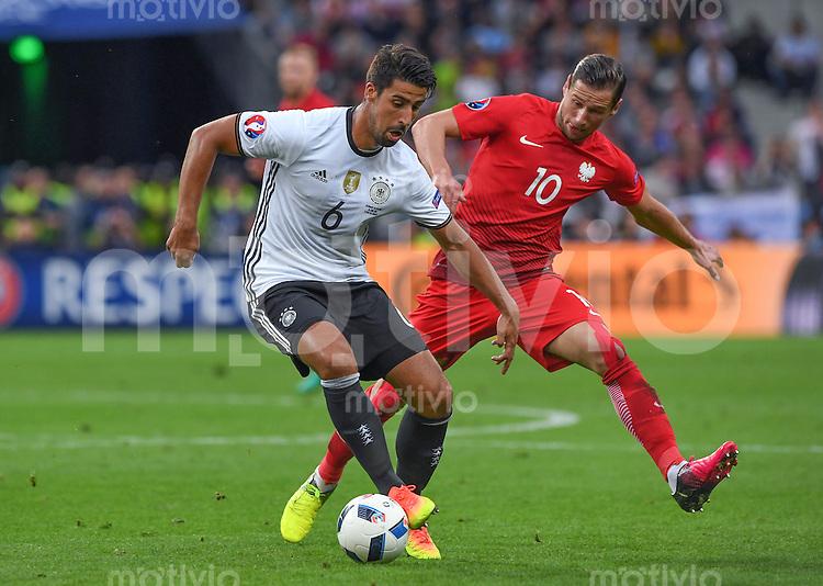 FUSSBALL EURO 2016 GRUPPE C IN PARIS Deutschland - Polen    16.06.2016 Sami Khedira (li, Deutschland) gegen Grzegorz Krychowiak (re, Polen)