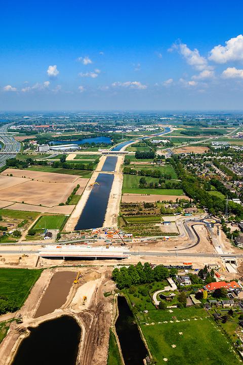 Nederland, Noord-Brabant, Den Bosch, 09-05-2013; werkzaamheden aan de Zuid-Willemsvaart. Kruising met spoorlijn, gezien naar de Maas. Het kanaal wordt verbreed, uitgegraven en omgelegd - zodat de binnenstad van Den Bosch vermeden kan worden. Het gaat niet allen om een omlegging, maar ook om een opwaardering zodat grote schepen van het kanaal gebruik kunnen blijven maken.<br /> <br /> QQQ<br /> luchtfoto (toeslag op standard tarieven);<br /> aerial photo (additional fee required);<br /> copyright foto/photo Siebe Swart.
