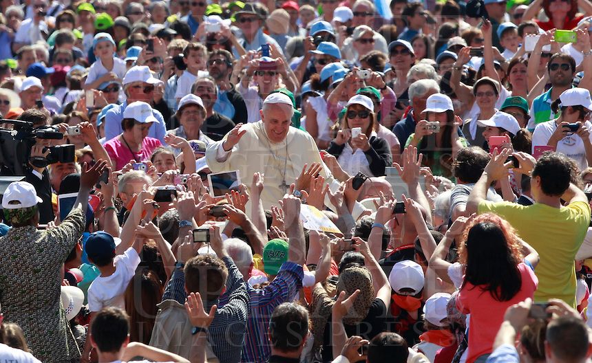 Papa Francesco saluta i fedeli al suo arrivo all'udienza generale del mercoledi' in Piazza San Pietro, Citta' del Vaticano, 21 maggio 2014.<br /> Pope Francis greets faithful as he arrives for his weekly general audience in St. Peter's Square at the Vatican, 21 May 2014.<br /> UPDATE IMAGES PRESS/Isabella Bonotto<br /> <br /> STRICTLY ONLY FOR EDITORIAL USE