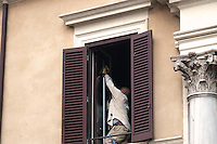 Roma 21 Aprile 2010 .Un collaboratore domestico pulisce i vetri di un abitazione.Rome April 21, 2010.A domestic worker cleans the windows of a house