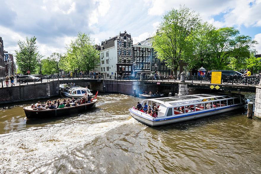 Nederland, Amsterdam, 30 mei 2015<br /> Grote drukte op de amsterdamse grachten met rondvaartboten en kleinere verhuurbootjes en verhuursloepen. <br /> Foto: Michiel Wijnbergh