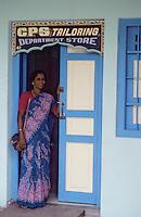 Asie/Singapour/Singapour: Little India - Indienne à sa porte