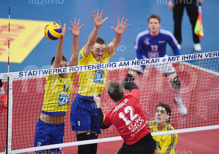 Volleyball 1. Bundesliga Saison 2016/2017  28.12.2016 TV Rottenburg - VfB Friedrichshafen Block VfB Friedrichshafen; Tomas Kocian, Andreas Takvam, Tomas Rousseaux (v.li.) gegen Phillip Trenkler (Nr.12, TV Rottenburg)