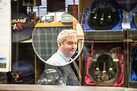 ritratto allo specchio del proprietario del negozio di kilt<br /> Owner of the kilt shop