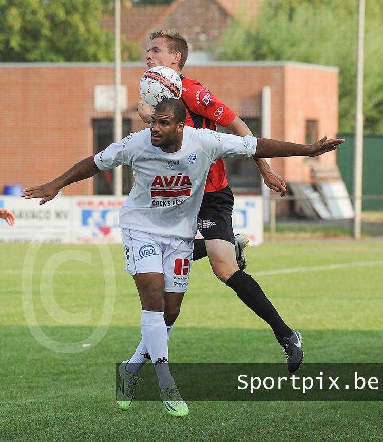 Sint-Eloois-Winkel Sport - SV Temse :<br /> <br /> stevig duel tussen Rens Verhooghe (A) en Sidy Ceesay (V)<br /> <br /> foto VDB / BART VANDENBROUCKE