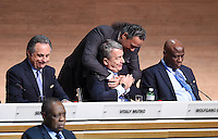 Fussball International Ausserordentlicher FIFA Kongress 2016 im Hallenstadion in Zuerich 26.02.2016 Wolfgang NIERSBACH (Mitte unten, Deutschland, FIFA-Exekutivkomitee) umarmt von Scheich Ahmad Al Fahad AL SABAH (Mitte oben, Kuwait, FIFA-Exekutivkomitee) mit Vitaly MUTKO (li, Russland, FIFA-Exekutivkomitee) und Constant OMARI (re, Kongo DR, FIFA-Exekutivkomitee)