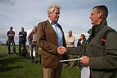 Tijdens het werkbezoek van deltacommissaris Wim Kuijken aan Ameland biedt Jeffrey Huizenga van Staatsbosbeheer een door samengesteld boek (Vogelwalhalla van Ameland - De Fugelpolle) aan Kuijken aan.