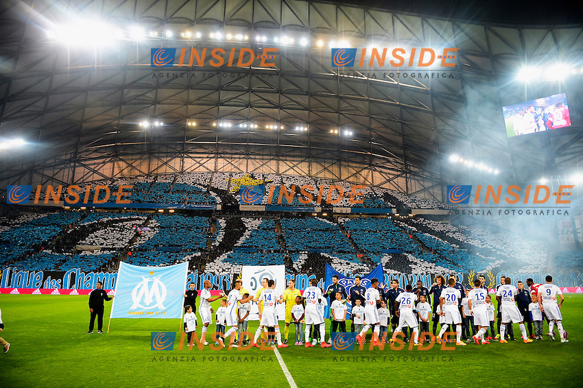 Tifosi Marsiglia Panoramica<br /> joueurs se serrant mamain en debut de match <br /> Football Calcio 2014/2015<br /> Ligue 1 Francia Stadio VelodromeOlympique Marsiglia - Paris Saint Germain <br /> Foto Panoramic / Insidefoto <br /> ITALY ONLY