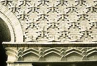 Fritz Hoger: Chilehaus, Hamburg 1923. Brick pattern over road entrance. Photo '87.