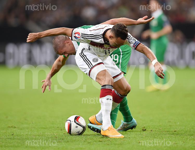 Fussball International EM 2016-Qualifikation  Gruppe D  in Gelsenkirchen 14.10.2014 Deutschland - Irland Karim Bellarabi (Deutschland vorne) gegen Jon Walters (Irland)