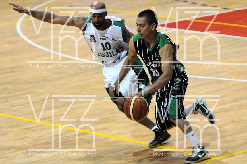 MEDELLIN - COLOMBIA - 29-04-2013: Santiago Jaramillo (Der.) de Academia de la Montaña de Medellin, disputa el balón con Eddy Mayfiel (Izq.) Aguilas de Tunja, abril 29 de 2013. Academia de la Montaña y Aguilas de Tunja en partido de la septima fecha de la fase II de la Liga Directv Profesional de baloncesto en partido jugado en el Coliseo Universidad de Medellin(Foto: VizzorImage / Luis Rios / Str). Santiago Jaramillo (R) of Academia de la Montaña from Medellin, fights for the ball with Eddy Mayfiel (L) of Aguilas from Tunja, April 29, 2013. Academia de la Montaña y Aguilas from Tunja in the seventh match of the phase II of the Directv Professional League basketball, game at the Coliseum Universidad de Medellin. (Photo: VizzorImage / Luis Rios / Str)..