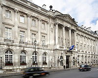 London's Royal Automobile Club hired interior designer Robert Carter, of Felbrigg Design Company, to renovate its Great Gallery restaurant and its terrace spaces. The 1911 Neoclassical building faces Pall Mall.