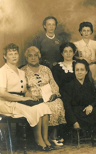 Delia Weber, tercera de izq. a derecha junto a Floripez Mieses Vda. Carbonell y Elpidia Gautier. © Conrado, 1943.
