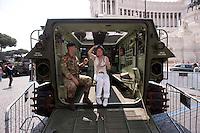 Roma 4  Maggio 2011. Mezzi militariin piazza Venezia per i 150° dell'anniversario della costituzione dell'Esercito Italiano..Turista su un mezzo da trasporto truppe.