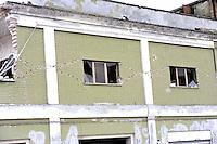 Roma 10 Aprile 2009.L'Aquila Abruzzo.Edifici danneggiati dalle scossa di terremoto vicino alla stazione ferroviaria in Piazzale Caduti 8 Dicembre 1943.Lesioni «Croce di Sant'Andrea»..Buildings damaged by earthquake.