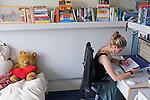 Nederland, Amsterdam, 17-08-2011 (MODEL RELEASED) Student in haar kamer in het studentencomplex CASA 400 een voormalig hotel. FOTO: Gerard Til / Hollandse hoogte