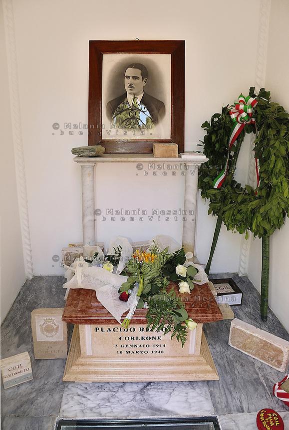 Corleone, state funeral of the unionist Placido Rizzotto killed by mafia on 1948:the urn placed in the cemetery.<br /> <br /> Funerali di stato a Corleone per il sindacalista Placido Rizzotto ucciso dalla mafia nel 48: l'urna deposta  nel cimitero.