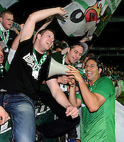 FUSSBALL   1. BUNDESLIGA   SAISON 2011/2012    12. SPIELTAG SV Werder Bremen - 1. FC Koeln                              05.11.2011 Claudio PIZARRO (Bremen) jubelt mit den Fans nach dem Abpfiff in der Ostkurve