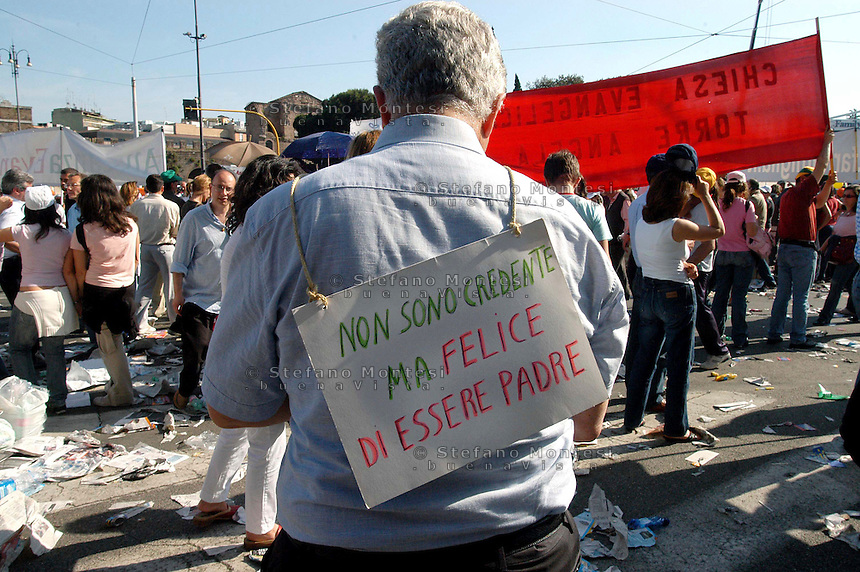 Rome 12 May 2007.People demonstraes during the 'Day of the Family' protest against a government plan to grant homosexual couples legal status, in front of the Basilica of Saint John Lateran in Rome..the banner reads: I am not believing, but happy to be father