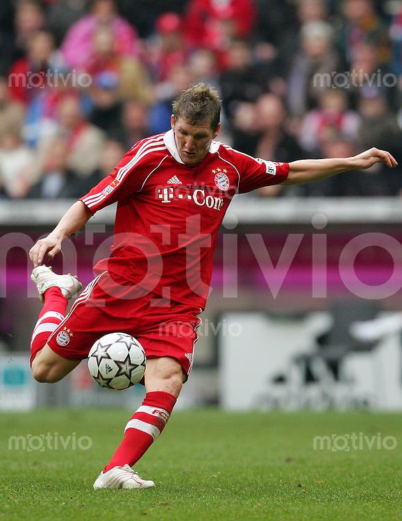 Fussball Bundesliga FC Bayern Muenchen - VFL Wolfsburg Bastian SCHWEINSTEIGER (FCB), Einzelaktion am Ball.