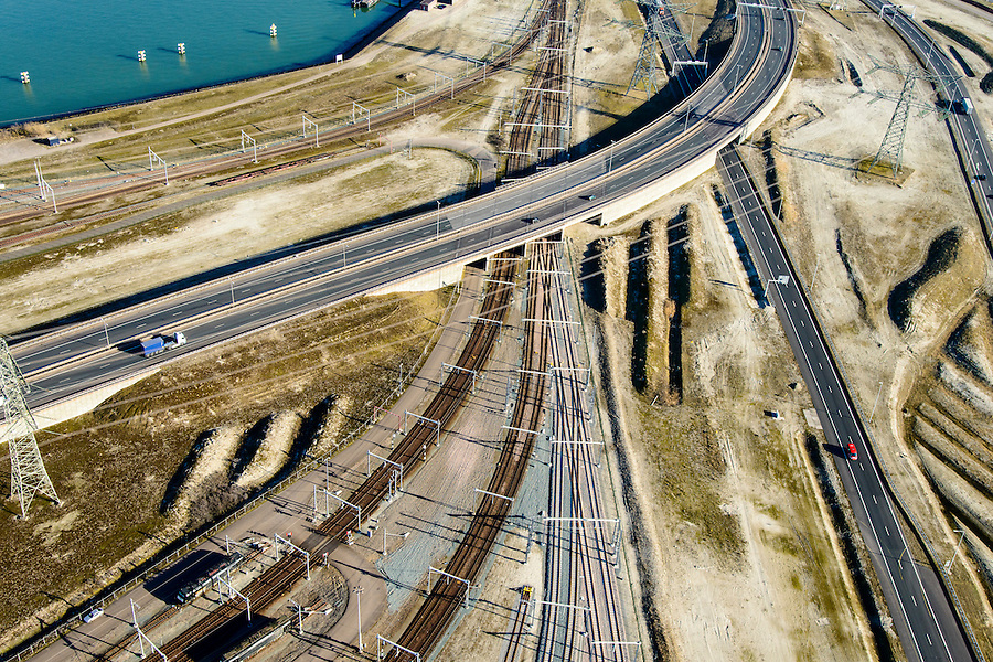 Nederland, Zuid-Holland, Rotterdam, 18-02-2015; Euopaweg buigt af naar de Maasvlakte en Emplacement Maasvlakte met Distripark. Infrabundel van autosnelweg N15, spoorweg (Betuweroute) en hoogspanningsleidingen. <br /> New and man-made land in the North sea <br /> designated for the Port of Rotterdam. Infrastructure bundle: motorway, railway (Betuweroute) and power lines.<br /> luchtfoto (toeslag op standard tarieven);<br /> aerial photo (additional fee required);<br /> copyright foto/photo Siebe Swart