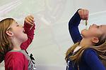 Foto: VidiPhoto<br /> <br /> ELST (U) - Dapperder dan de juf. Leerlingen van groep vier van de protestants-christelijke basisschool Het Visnet uit Elst (U) waren donderdag dapperder dan de juf. Tijdens de smaakles durfden enkele kinderen best een sprinkhaan te proeven. Juf De Jong vond het maar niets. De leerlingen mochten donderdagmiddag sprinkhanen verorberen omdat de werkweken, met als thema De Smaakpolitie, donderdagavond worden afgerond met een insectenkok. Ouders mogen kunnen dan hapjes van insecten kopen. De opbrengst is bestemd voor een goed doel. Omdat insecten veel prote&iuml;nen en andere gezonde voedingsstoffen bevatten, zien voedingsdeskundigen  sprinkhanen bijvoorbeeld als een prima vleesvervanger. Maar een sprinkhaanburger smaakt ongetwijfeld lekkerder dan een gevriesdroogde sprinkhaan. &quot;Ik eet liever poep&quot;, aldus een van de kinderen.