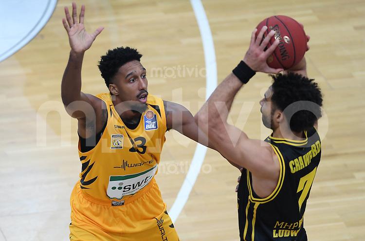 Basketball  1. Bundesliga  2016/2017  Hauptrunde  16. Spieltag  27.12.2016 Walter Tigers Tuebingen - MHP Riesen Ludwigsburg Eric McClellan (li, Tigers) gegen Drew Crawford (re, Ludwigsburg)