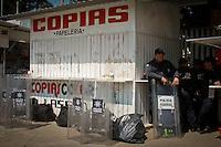 Oaxaca de Ju&aacute;rez, Oax.- Despu&eacute;s de mantener un acordonamiento de 3 d&iacute;as en las instalaciones del Instituto Estatal de Educaci&oacute;n P&uacute;blica de Oaxaca (IEEPO), los integrantes de la secci&oacute;n 22 del Sindicato Nacional de Trabajadores de la Educaci&oacute;n (SNTE) decidieron abandonar este cerco la madrugada de este jueves  ante el arribo de la polic&iacute;a federal y estatal, misma que mantiene en su poder el resguardo de esta dependencia.<br /> <br /> Cabe destacar que los docentes se retiraron por propia decisi&oacute;n, sin tener que ser desalojados, lo &uacute;nico que los polic&iacute;as tuvieron que remover, fueron sus casas de campa&ntilde;a, m&oacute;dulos, mantas y cartulinas con consignas.