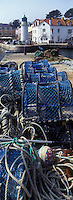 Europe/France/Bretagne/56/Morbihan/Belle-Ile/Sauzon: le port de pêche le phare et l'hotel du phare et les casiers pour la pêche aux crustacés