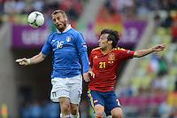 FUSSBALL  EUROPAMEISTERSCHAFT 2012   VORRUNDE Spanien - Italien            10.06.2012 Daniele De Rossi (li, Italien) gegen David Silva (re, Spanien)