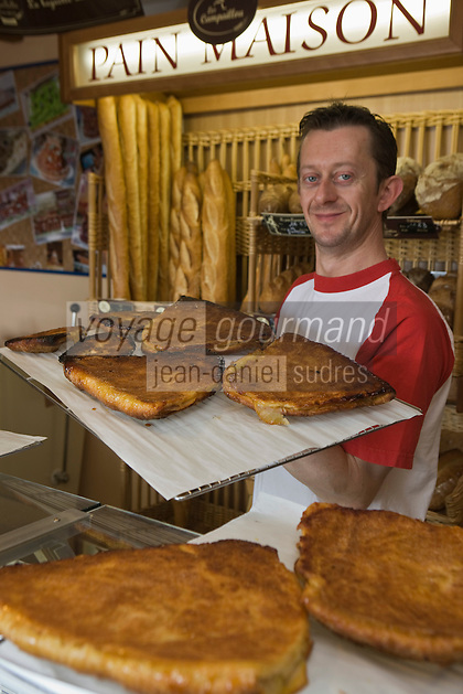 Europe/France/Normandie/Basse-Normandie/50/Manche/Presqu'île de la Hague/Gréville-Hague:   Thomas Levavasseur boulanger pâtissier, pâtisserie Grévillaise,  prépare Le Grévillais, un gâteau aux pommes et au sucre   [Non destiné à un usage publicitaire - Not intended for an advertising use]