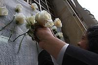 BOGOTA -COLOMBIA-7-OCTUBRE-2016  . Trabajadores  colocan rosas blancas apoyando la paz enel dia de que el presidente Juan Manuel Santos  Santos de Colombia obtuvo el premio Nóbel de la Paz .Conferencia de prensa del Presidente Juan Manuel Santos después de ganar el Premio Nóbel de La Paz./ Photo: VizzorImage / Felipe Caicedo  / Staff