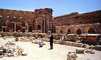 Libia, Leptis Magnia.Considerato il più bel sito romano del Mediterraneo.Turisti al Foro dei Severi.Libya, Leptis Magna.Considered the best Roman site in the Mediterranean.Tourists to the Forum of Severi