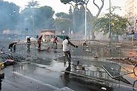 Roma  15 Ottobre 2011.Manifestazione contro la crisi e l'austerità.Scontri tra manifestanti e forze dell'ordine..Manifestanti erigono barricate  in piazza San Giovanni