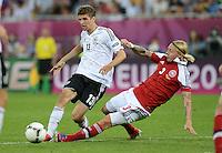 FUSSBALL  EUROPAMEISTERSCHAFT 2012   VORRUNDE Daenemark - Deutschland       17.06.2012 Thomas Mueller (li, Deutschland) gegen Simon Kjaer (re, Daenemark)