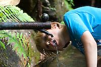 Kind, Junge trinkt frisches Wasser aus einem Brunnen, Brunnenwasser, Quellwasser, Quelle, Trinken, Erfrischung, Outdoor