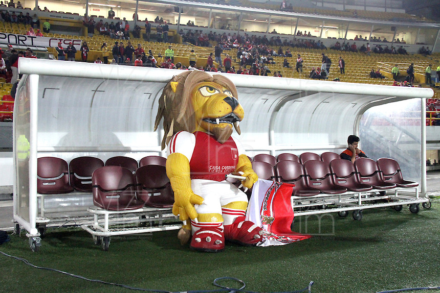 BOGOTA -COLOMBIA, 30- OCTUBRE-2014. Monaguillo mascota de Independiente Santa Fe antes del encuentro con el  Atletico Junior   partido   de La Copa  Postobón  semifinal partido de vuelta 2014. Estadio  Nemesio Camacho El Campin   / Monaguillo mascot  of Independiente Santa Fe before the meeting with the party of the Atletico Junior Postobón Cup semifinal second leg 2014. Estadio Nemesio Camacho El CampinPhoto: VizzorImage / Felipe Caicedo / Staff