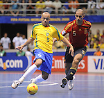 Fussball  International  FIFA  FUTSAL WM 2008   19.10.2008 Finale Brasilien - Spanien Brazil -  Spain Fernandao (re, ESP) gegen Cico (BRA)
