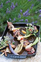 Europe/France/Provence-Alpes-Côte d'Azur/84/Vaucluse/Lubéron/Gargas :  Brochette d'aiguillettes de canard, assortiment de mini légumes de provence grillés - recette de  Christophe Renaud  - Restaurant: Le Jardin dans les Vignes Hôtel: Domaine de la Coquillade