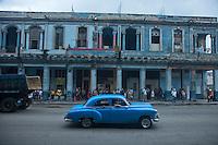 Cuba, l'Avana, auto azzurra  anni cinquanta per le vie del centro Avana