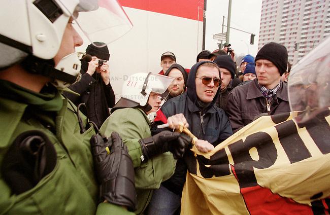 Aufgrund einer ominoesen Morddrohung eines Berliner Brandstifters wurde die alljaehrliche Demonstration linker Gruppen und Parteien zum Gedenken an die Ermordung Karl Liebknechts und Rosa Luxemburg im Jahre 1919 vom Berliner Polizeipraesidenten Saberschinsky verboten.<br /> Trotz des Demonstrationsverbotes versammelten sich mehrere tausend Menschen und zogen in einem Protestmarsch durch die Berliner Innenstadt.<br /> Hier: Nach Abschluss der Demonstration wollten sich die Demonstrationsteilnehmer entsprechend der Aufforderung der Polizei entfernen wurden aber daran gehindert und z.T. festgenommen.<br /> Berlin, 9.1.2000<br /> Copyright: Christian-Ditsch.de<br /> [Inhaltsveraendernde Manipulation des Fotos nur nach ausdruecklicher Genehmigung des Fotografen. Vereinbarungen ueber Abtretung von Persoenlichkeitsrechten/Model Release der abgebildeten Person/Personen liegen nicht vor. NO MODEL RELEASE! Nur fuer Redaktionelle Zwecke. Don't publish without copyright Christian-Ditsch.de, Veroeffentlichung nur mit Fotografennennung, sowie gegen Honorar, MwSt. und Beleg. Konto: I N G - D i B a, IBAN DE58500105175400192269, BIC INGDDEFFXXX, Kontakt: post@christian-ditsch.de<br /> Bei der Bearbeitung der Dateiinformationen darf die Urheberkennzeichnung in den EXIF- und  IPTC-Daten nicht entfernt werden, diese sind in digitalen Medien nach &sect;95c UrhG rechtlich gesch&uuml;tzt. Der Urhebervermerk wird gemaess &sect;13 UrhG verlangt.]