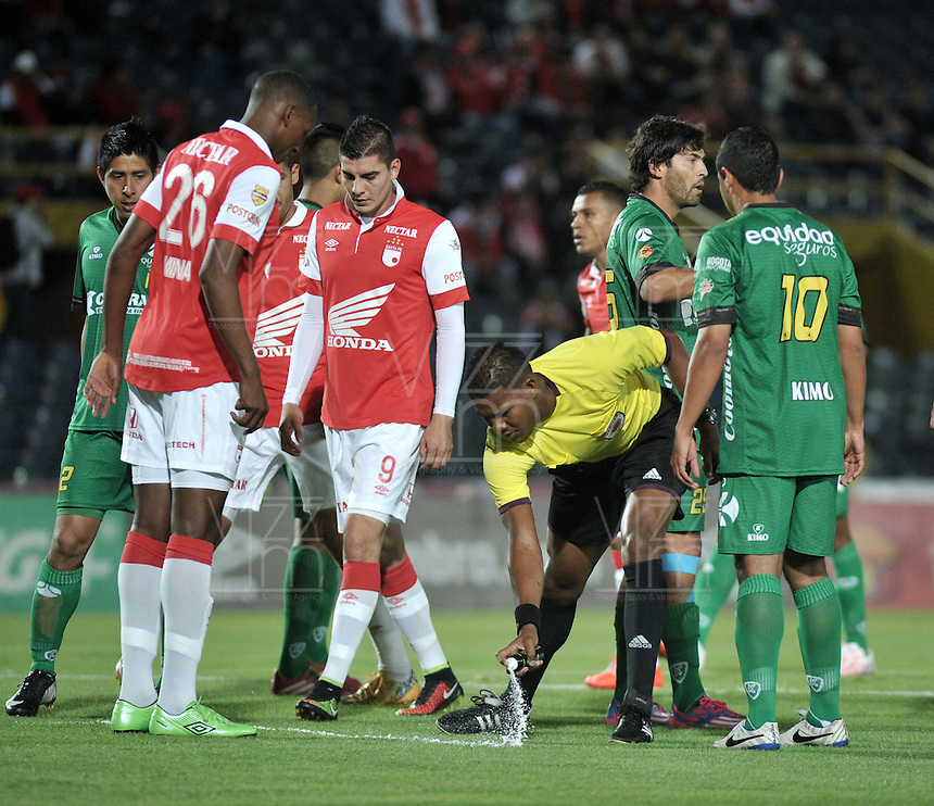 BOGOTA - COLOMBIA -24 -09-2014: Ulises Arrieta (Cent.), arbitro, durante partido entre Independiente Santa Fe y La Equidad por la fecha 11 de la Liga Postobon II-2014, en el estadio Nemesio Camacho El Campin de la ciudad de Bogota./ Ulises Arrieta (R), referee, during a match between Independiente Santa Fe and La Equidad for the date 11 of the Liga Postobon II -2014 at the Nemesio Camacho El Campin Stadium in Bogota city, Photo: VizzorImage  / Luis Ramirez / Staff.