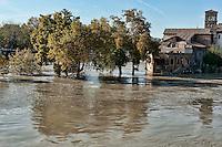 Roma, 14 Novembre  2012.Il fiume Tevere in piena per le piogge sommersa l'Isola Tiberina...Rome 14 November 2012.The river Tiber in flood for the rains, the Tiberina Island.