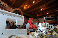 "Donne rom bosniache insegnano lavori di sartoria a due donne somale e una ragazza eritrea,rifugiate politiche e tirocinanti del progetto ""Formare per fare"" .Bosnian Roma women teach the  tailoring work to two Somali women and a Eritrean girl, political refugees and trainees of the project ""Training to doing""."